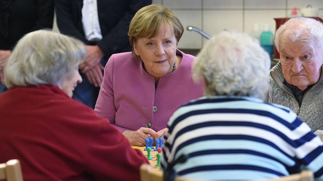 Le gouvernement allemand a décidé le maintien du niveau des retraites à 48 % du salaire jusqu'en 2025, comme le plafonnement des cotisations retraites à 20 % (contre 18,6 % actuellement).