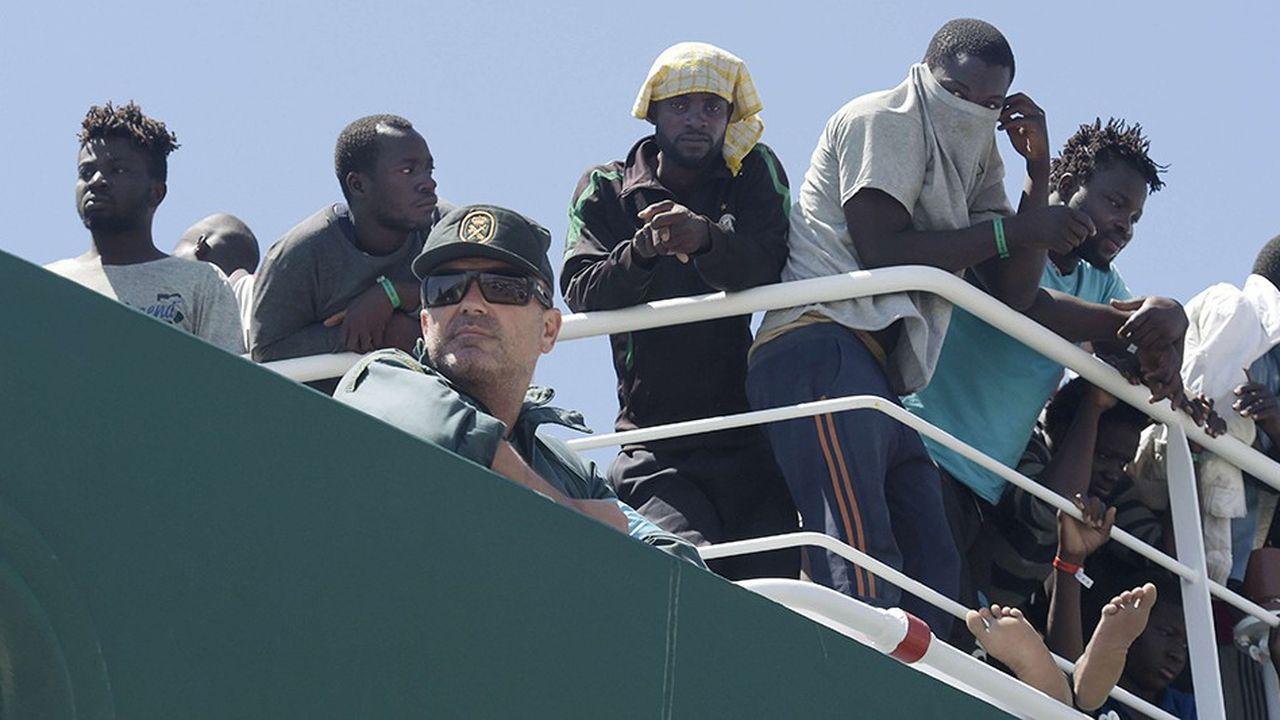 Des migrants à bord d'un bateau des garde-côtes espagnols.