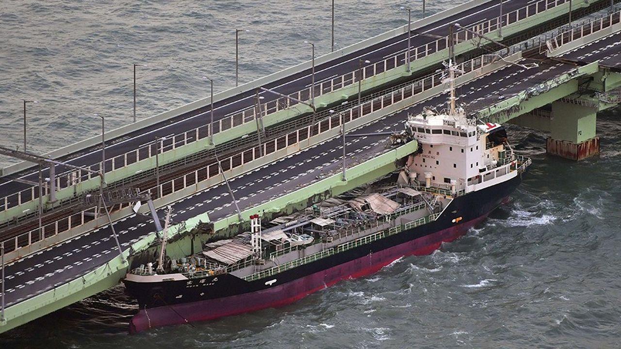 Exemple parmi bien d'autres dégâts, le typhon Jebi a jeté un tanker contre le pont reliant Kansai International Airport à la terre ferme