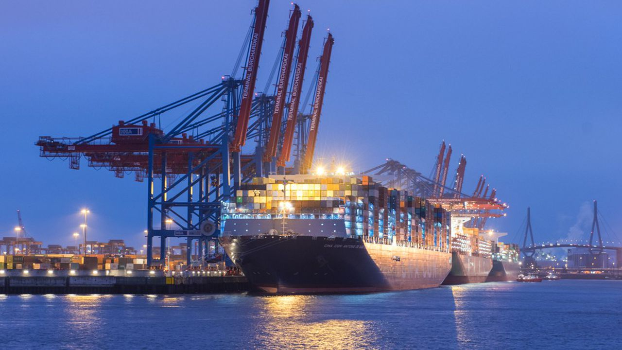 Le navire mesure 400 mètres de long, l'équivalent de quatre terrains de football.