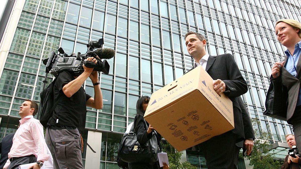 Un employé quitte le siège de Lehman Brothers à Londres le 15septembre 2008.