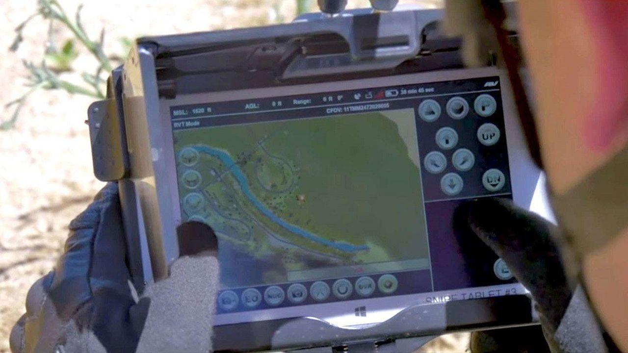 Militaire américain utilisant le drone Snipe Nano Quad développé par AeroVironment pour la Darpa.