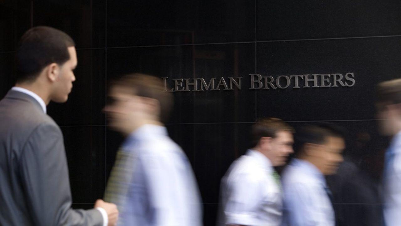 Des employés près du siège de Lehman Brothers à Manhattan, le jeudi 11septembre 2008.