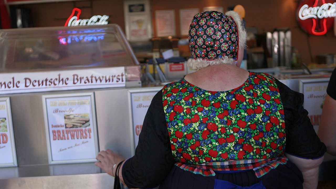 Une Hollandaise en costume traditionnel dans un restaurant de Staphorst, aux Pays-Bas
