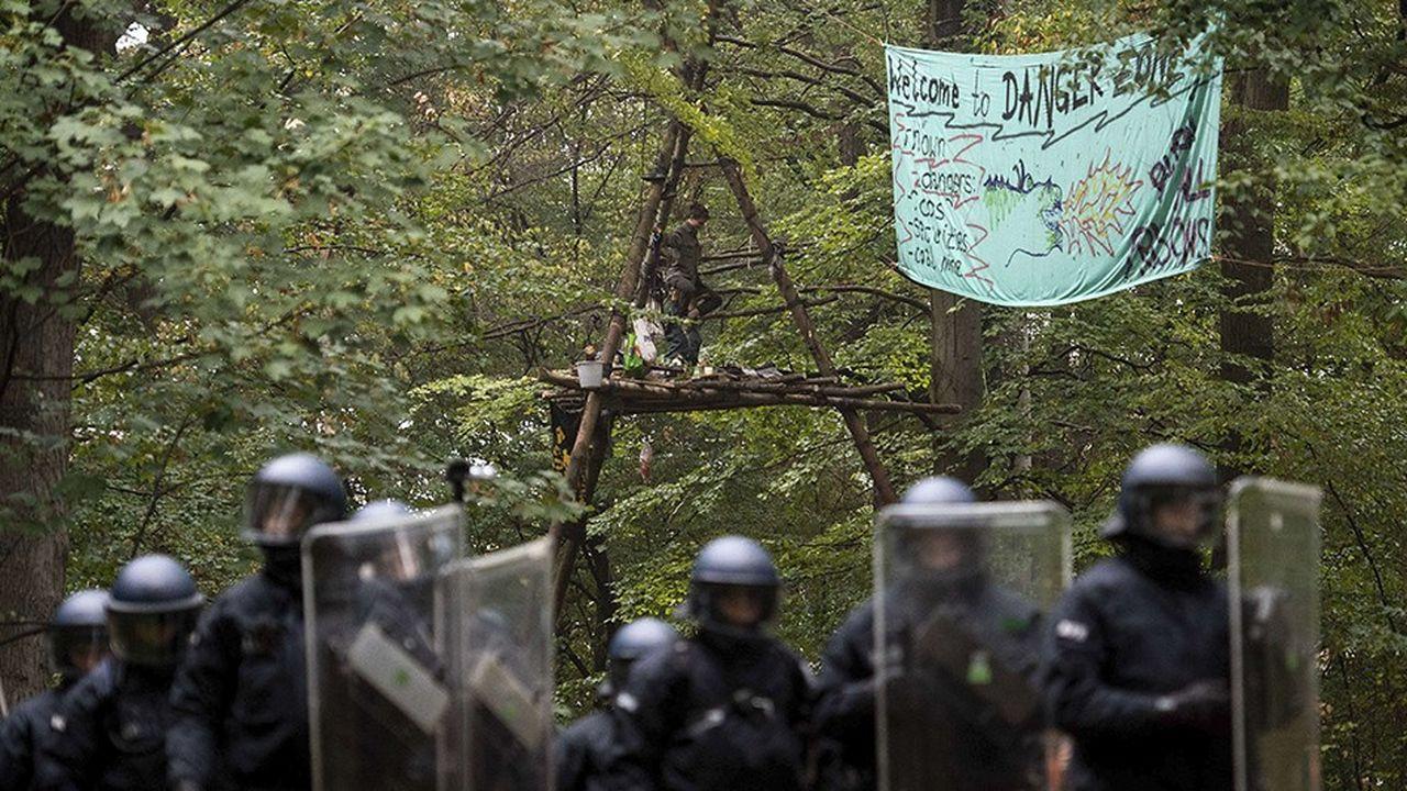La police allemande a commencéjeudi 13septembre l'évacuation d'un camp de militants écologistes dans la forêt de Hambach, en Allemagne, près de Kerpen, pour ouvrir la voie à l'extension d'une mine de lignite.