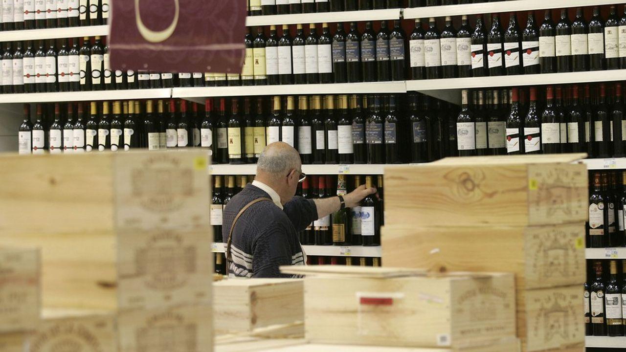 En 2018, 77% des consommateurs de vin réguliers - environ quatre Français sur dix - ont acheté leurs vins dans les hypers et supermarchés de l'Hexagone, selon une étude de l'agence Sowine