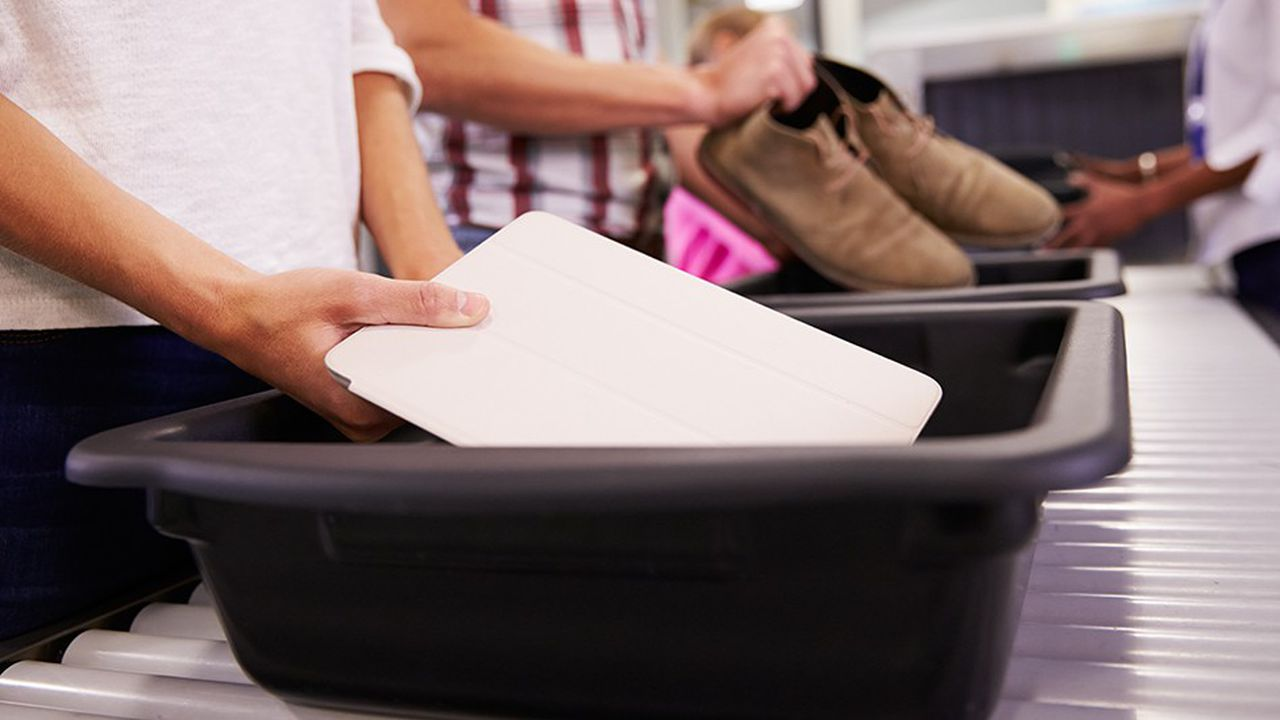 2205317_les-bacs-a-bagages-des-aeroports-ces-nids-a-microbes-web-tete-0302239981143.jpg