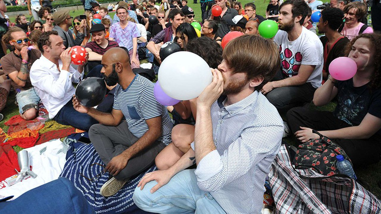 «Cela permet de s'évader», «de rassembler les gens et de bien rigoler quelques secondes ou minutes», font valoir de jeunes utilisateurs de gaz hilarant