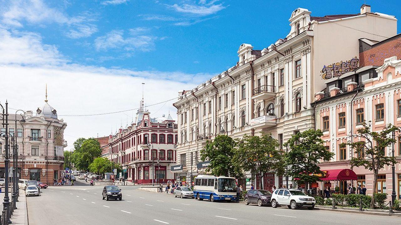 Vladivostok est le plus important port de la côte Pacifique et de l'Extrême-Orient russe, à proximité de la frontière de la Chine et de la Corée du nord.