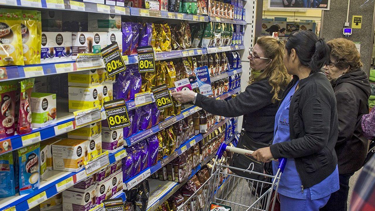 La dévaluation du peso et l'inflation galopante compliquent le quotidien des Argentins, dont le pouvoir d'achat s'effrite peu à peu.