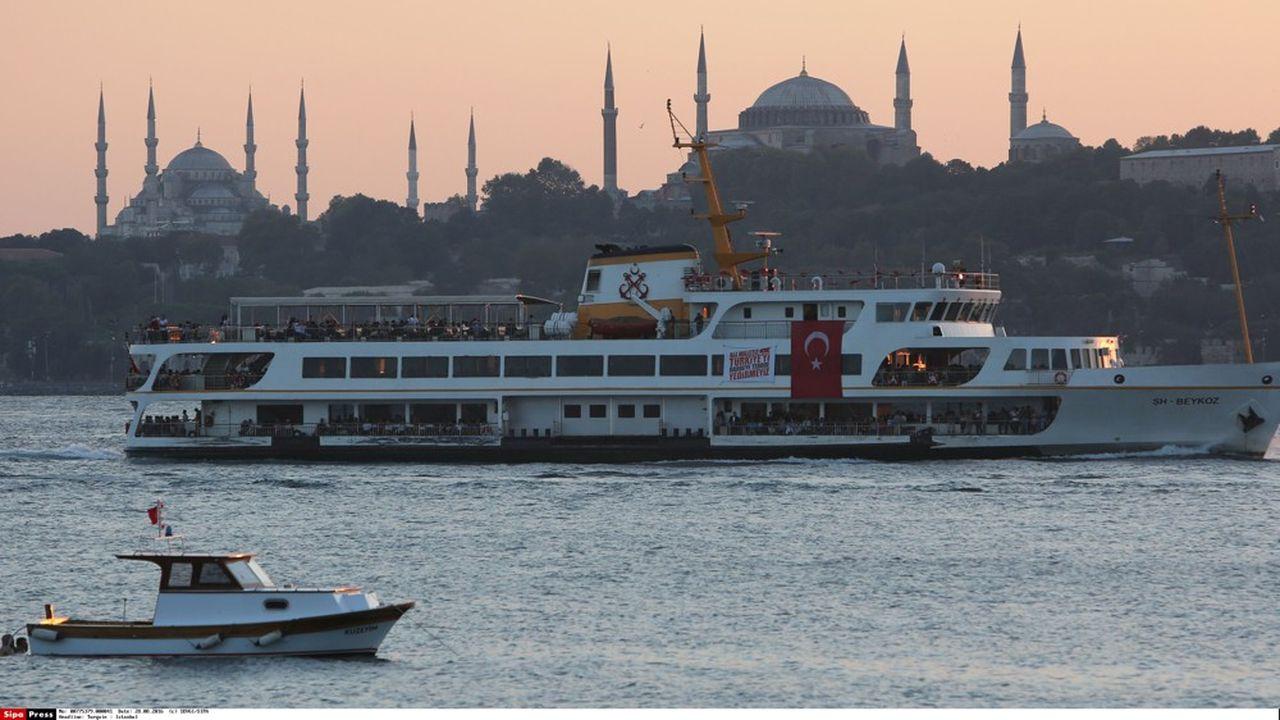 Très dépendante des flux de capitaux étrangers et des financements en dollars et en euros, la Turquie figure parmi les économies émergentes les plus vulnérables à la hausse du coût du crédit.