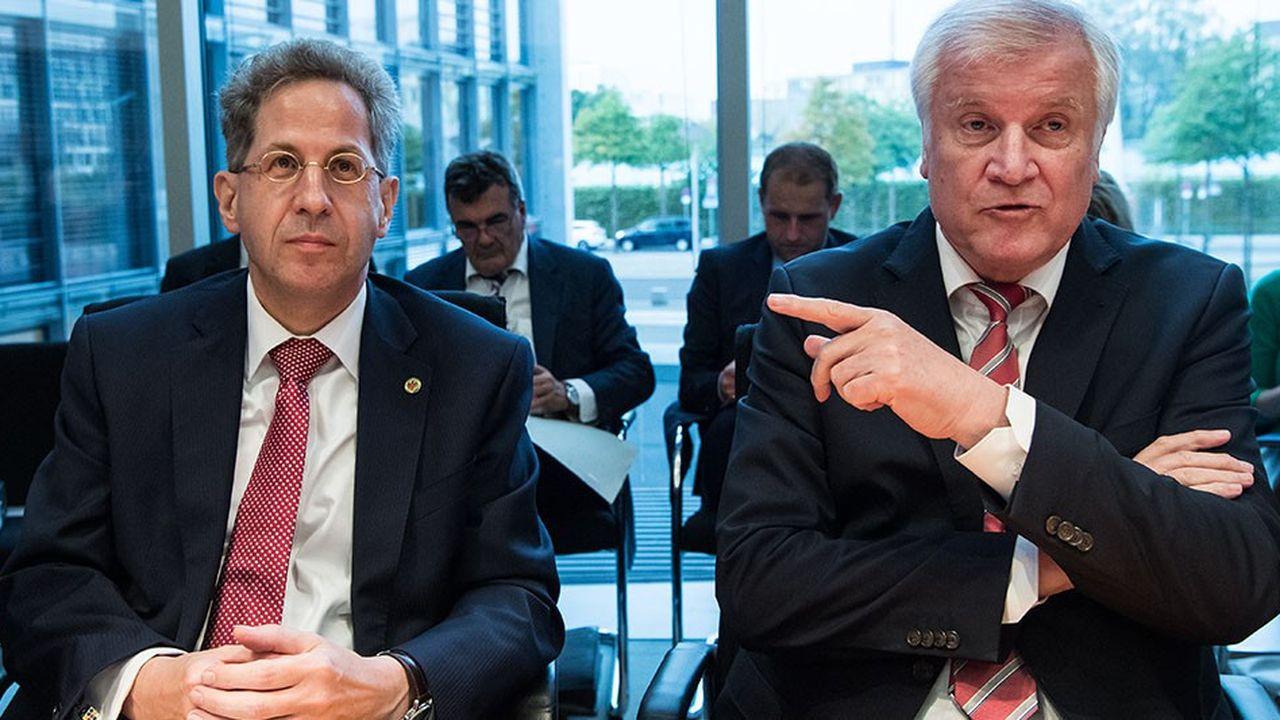 Le ministre de l'intérieur Horst Seehofer (à droite) a décidé de nommer Hans-Georg Maassen (à gauche) secrétaire d'Etat au sein de son ministère. Il quittera ainsi ses fonctions de chef du renseignement intérieur.