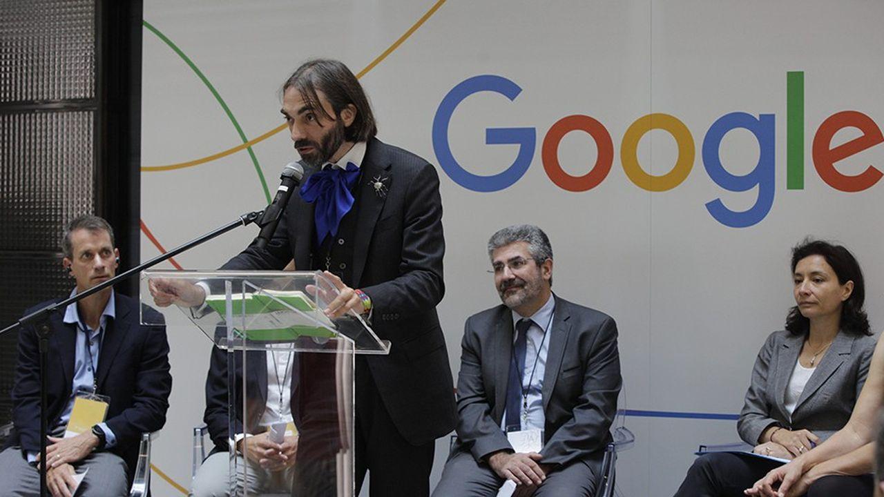 Cédric Villani lors de l'inauguration du Centre Google AI de Paris. Derrière lui, de gauche à droite: Jeff Dean, vice-président AI de Google, Bruno Sportisse, PDG d'Inria, et Delphine Gény-Stephann, Secrétaire d'Etat auprès du ministre de l'Economie et des Finances.