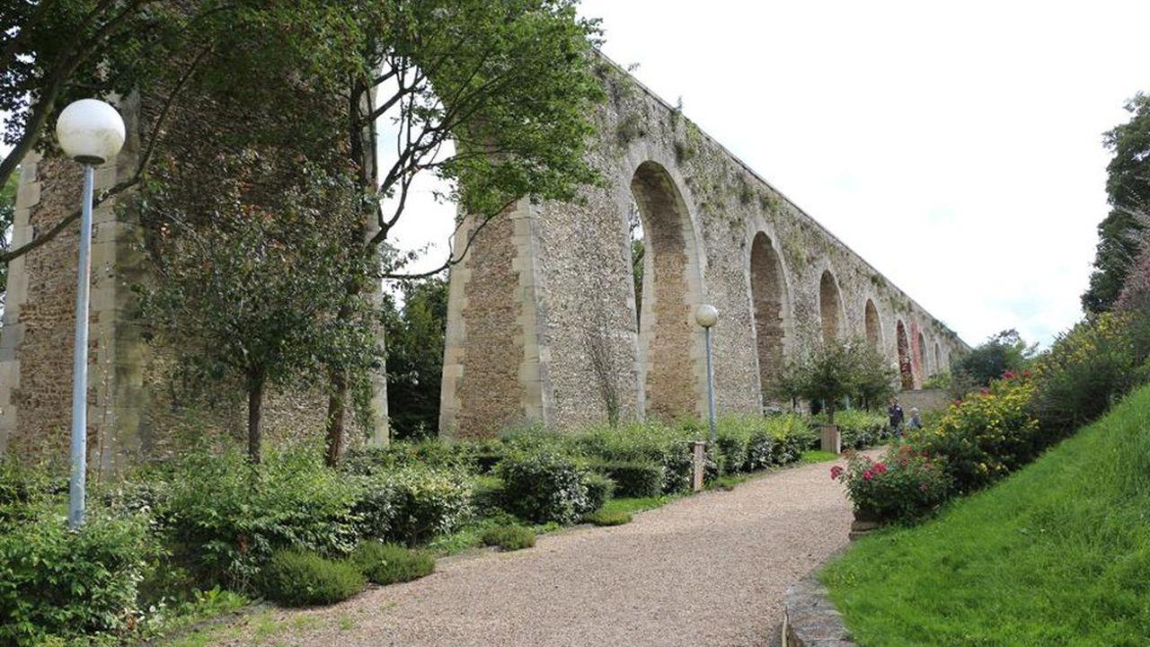 Aqueduc du XVIIe siècle construit par Mansart de Louvecienne classé monument historique.