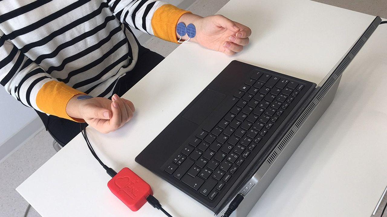 De simples capteurs posés sur les poignets et connectés à un ordinateur permettent au logiciel HNL de saisir les plus infimes variations cardiaques analysées par l'algorithme.