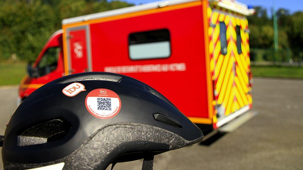 Les IDUtags se collent sur n'importe quel support visible, comme un casque, que les secouristes scannent en cas d'intervention.