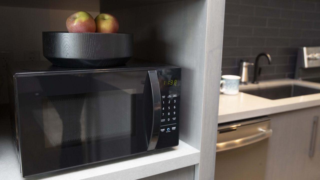 C'est une enceinte connectée Echo située à proximité qui fait démarrer la cuisson et règle le temps de chauffe de ce micro-ondes, tout en commentant ce qu'il est en train de faire