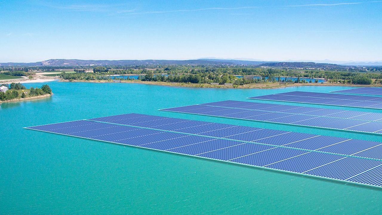 Le projet « O'Mega1 » prévoit de couvrir 17 hectares d'un lac de carrière en fin d'exploitation à Piolenc, dans le Vaucluse , où seront installés 47.000 panneaux solaires.