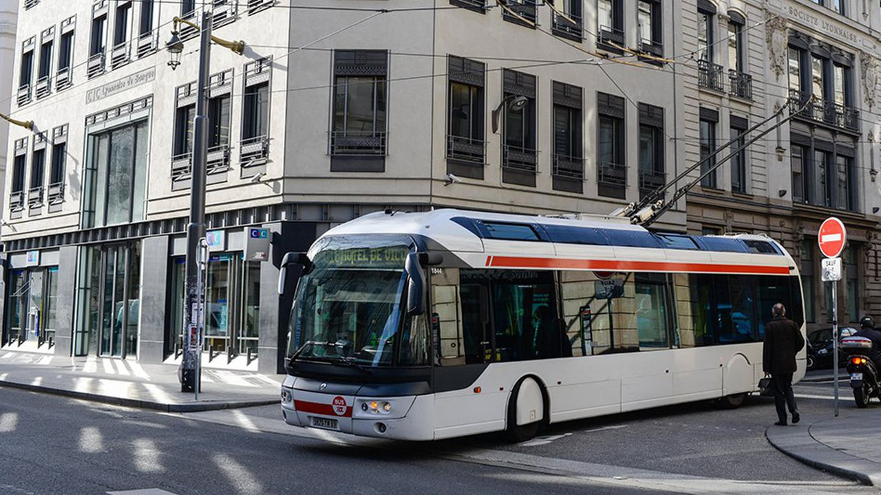 Trolley Bus TCL en centre ville, rue de la Republique.