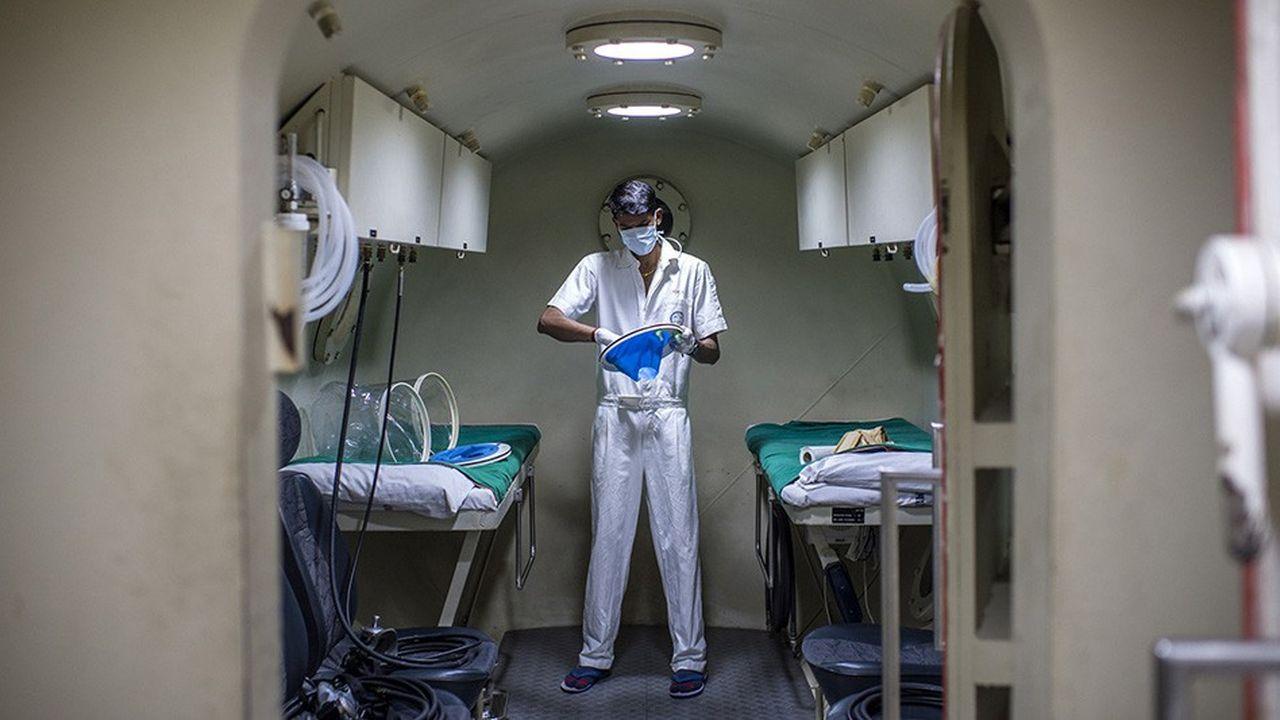 Caisson de médecine hyperbare au Godrej Memorial Hospital de Bombay. En Inde, le secteur privé détient près de 93 % des hôpitaux et emploie 85 % des docteurs.