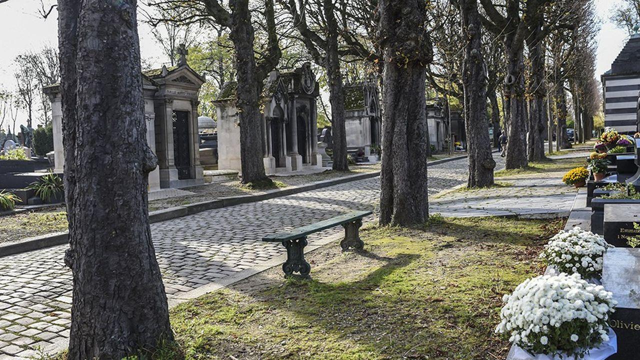Parmi les 14 cimetières intra-muros, celui du père Lachaise est le plus compliqué à gérer pour la mairie: 830 inhumations y ont été célébrées en 2016, 140 de moins qu'en 2010.
