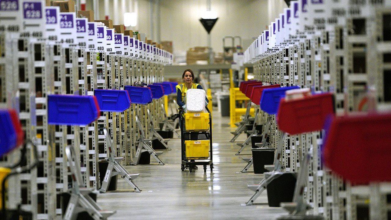 Une employée d'Amazon dans un centre de traitement du géant du commerce en ligne dans le Colorado.
