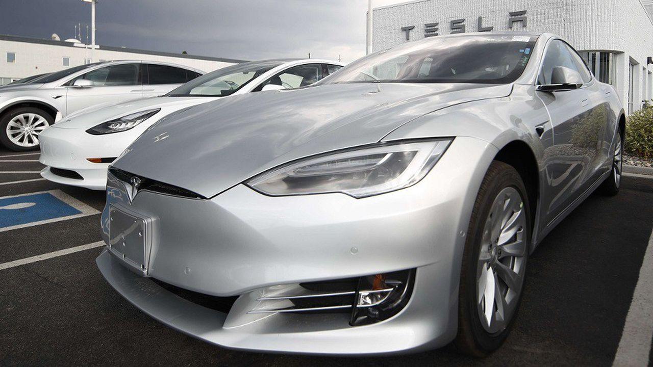 Des Model 3 à l'extérieur d'un showroom Tesla dans le Colorado, en juillet2018