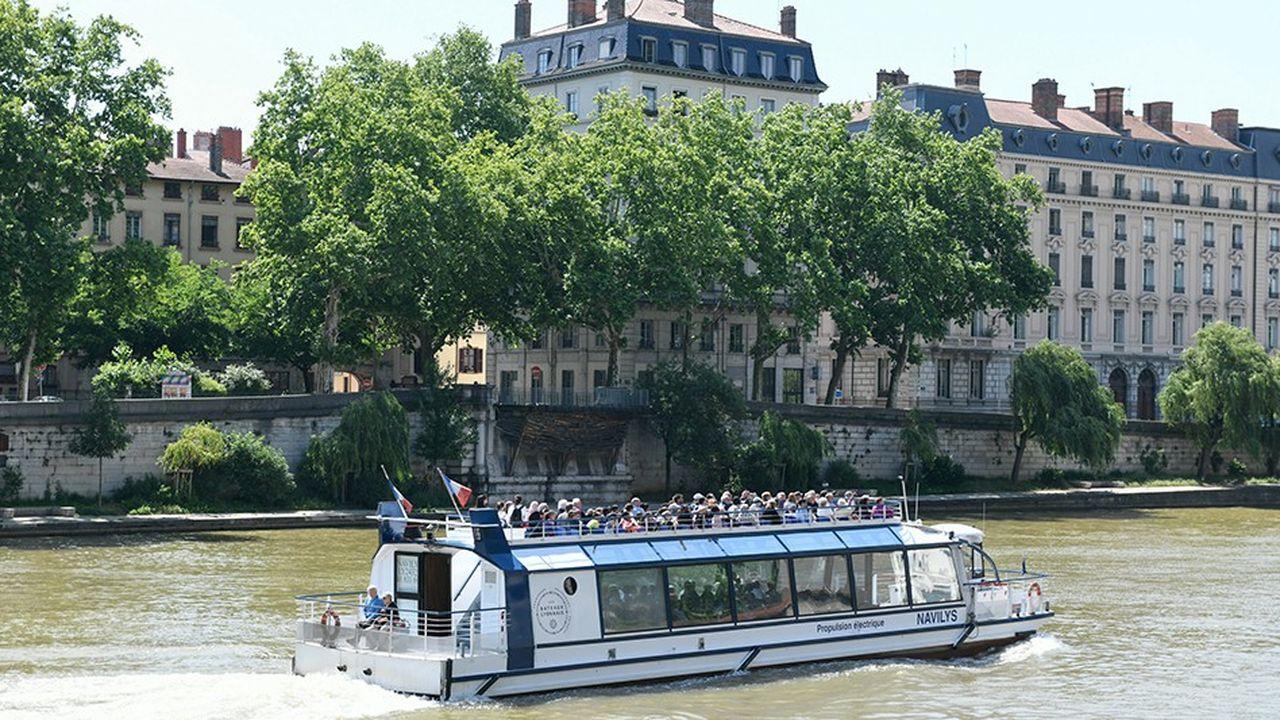 Bateau de transport de touristes Navilys à propulsion électrique sur la Saône.