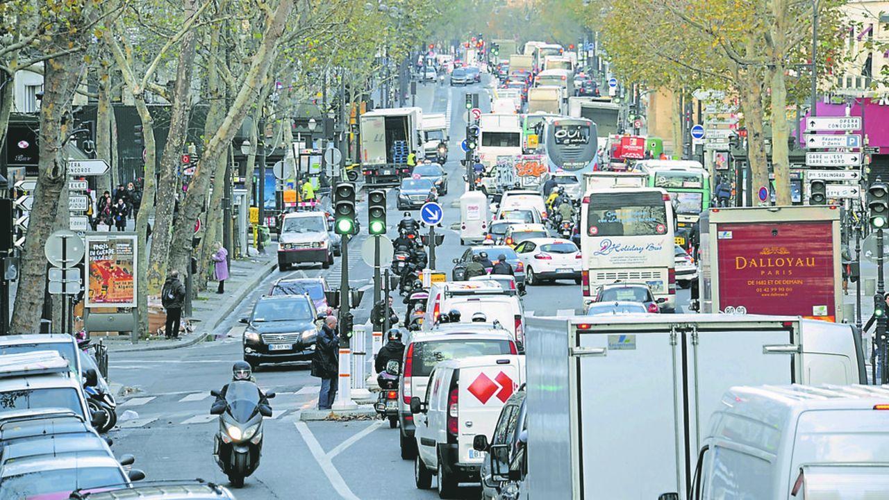 Grands boulevards en double sens entre la place de la Republique et la porte Saint Denis, embouteillage transport, circulation auto, trafic routier