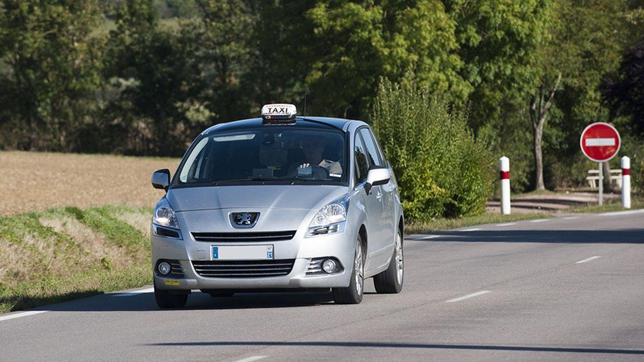 Taxi sur une route de campagne.
