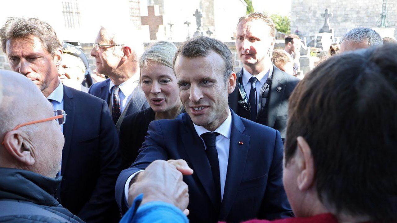 Emmanuel Macron a pris le temps d'échanger avec les habitants à Colombey-les-Deux-Eglises.