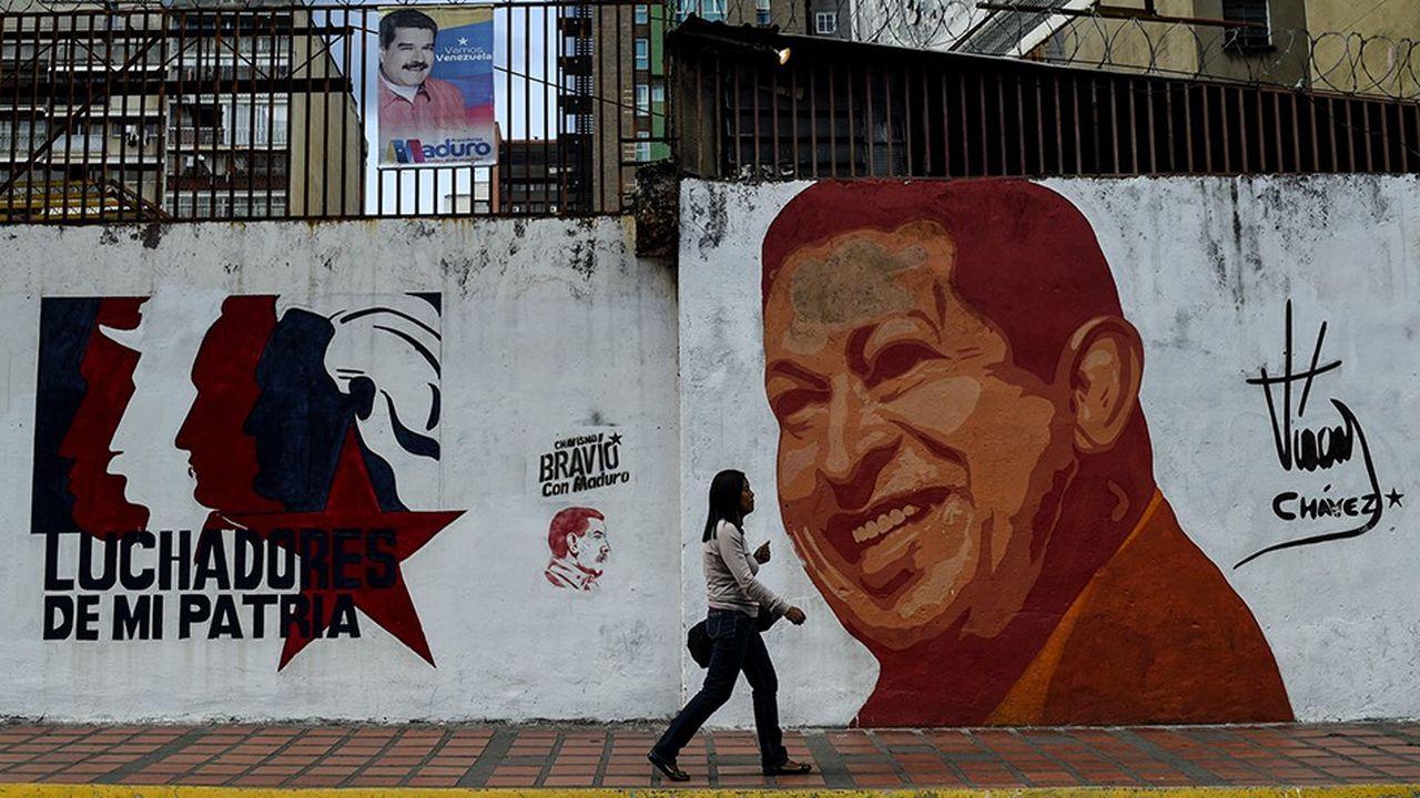 Le Venezuela s'enfonce dans une totale impasse politique et financière poussant à l'exode des millions de personnes et créant une crise régionale avec les pays voisins. Le nouveau maître, Nicolás Maduro, fait régner la terreur sans avoir le charisme d'Hugo Chavez dont les portraits ornent encore les murs de Caracas.