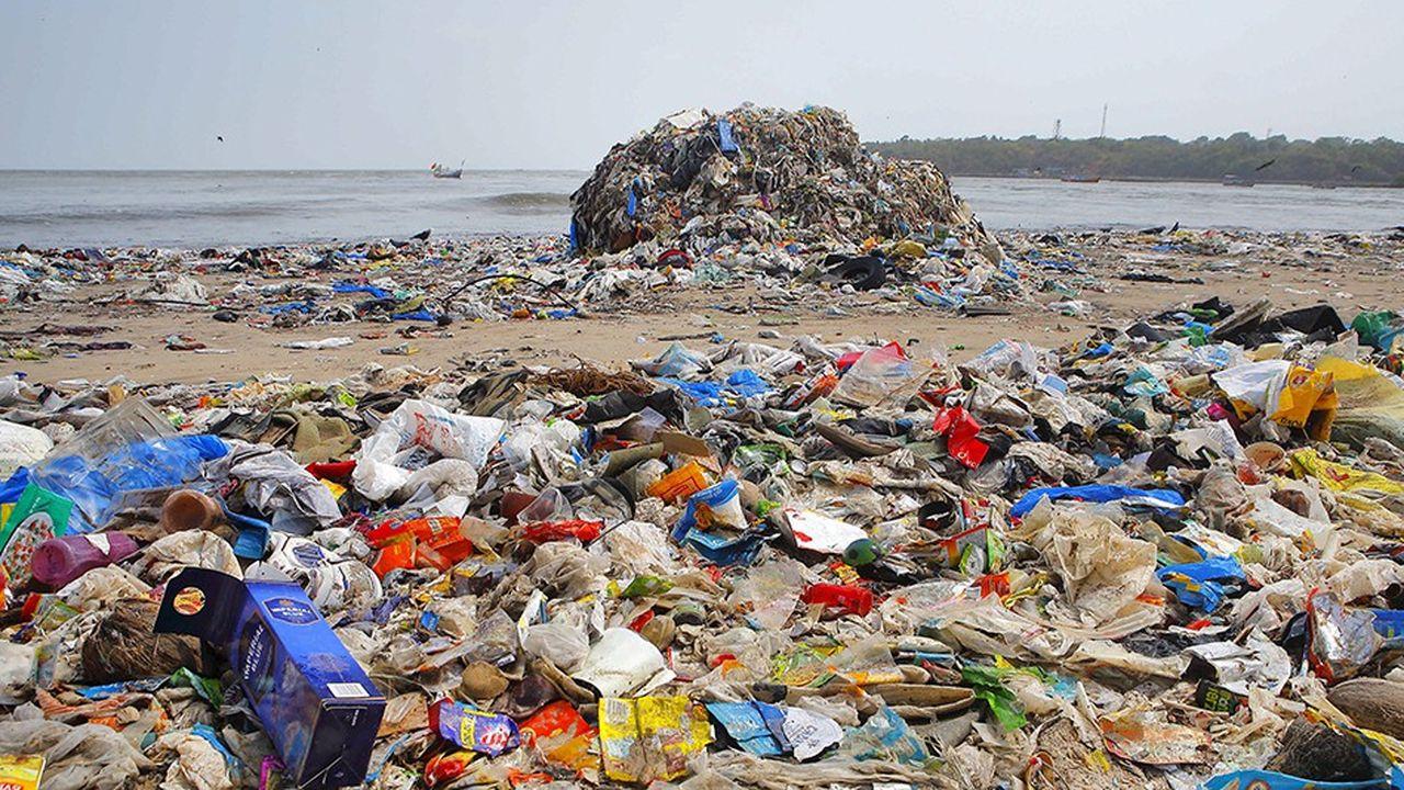 L'impact environnemental du plastique (ici une plage en Inde) est de plus en plus critiqué. Seulement 9% du plastique produit depuis 1950 a pu être recyclé et 12% incinéré.