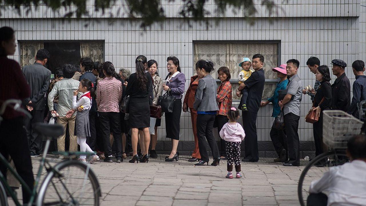 Des Nord-Coréens en train de faire la queue à Pyongyang.