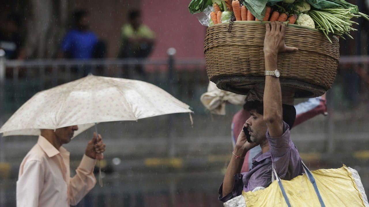 Un vendeur de légumes dans les rues de Bombay en Inde cet été.