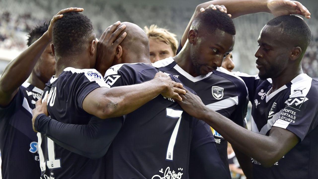 Des joueurs des Girondins de Bordeaux se congratulent après un but