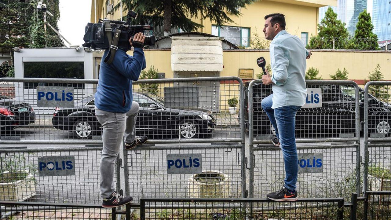 Des journalistes se postent devant le consulat saoudien à Istanbul, dont Jamel Khashoggi n'est jamais ressorti le 2octobre.