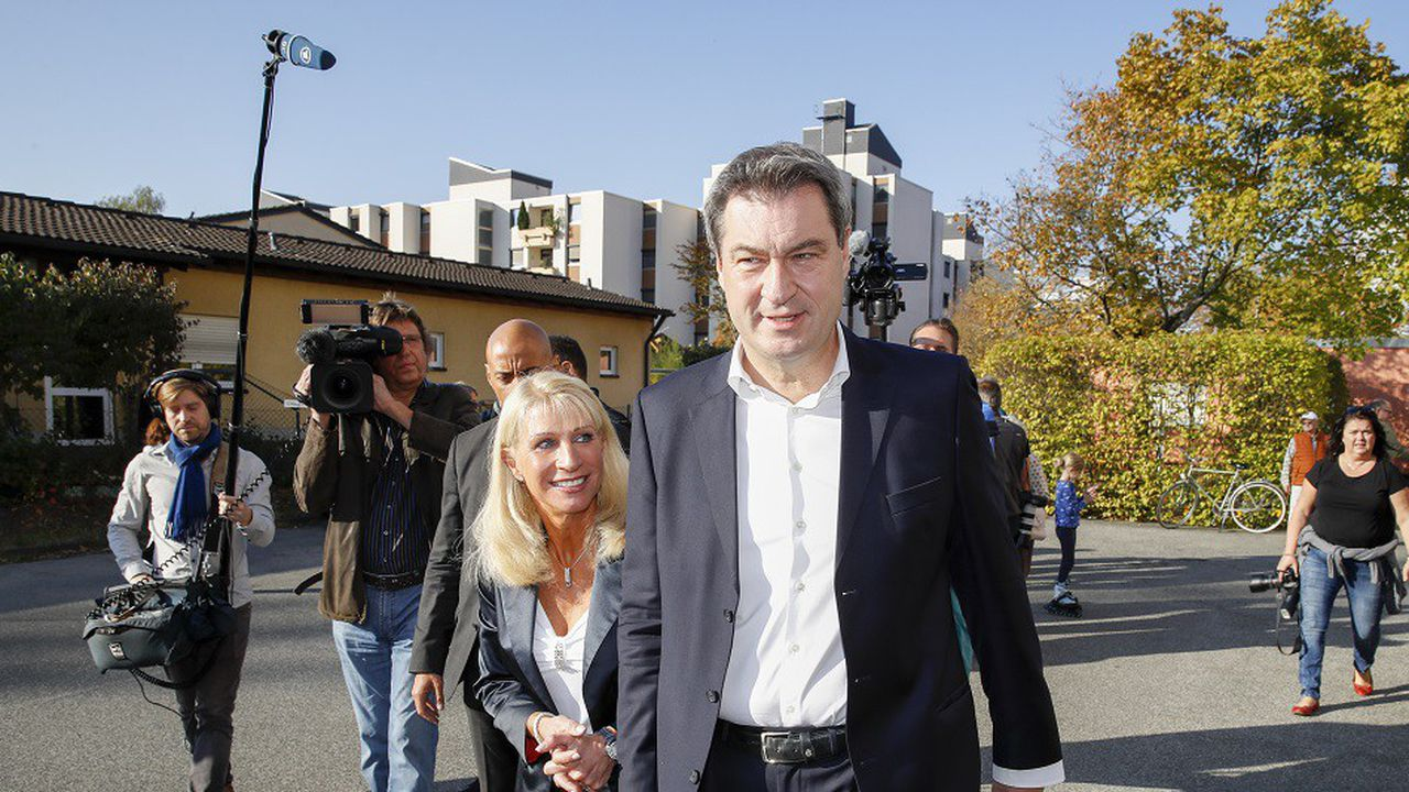 Le ministre préside de Bavière Markus Söder (CSU) et son épouse à la sortie d'un bureau de vote de Nuremberg ce dimanche.