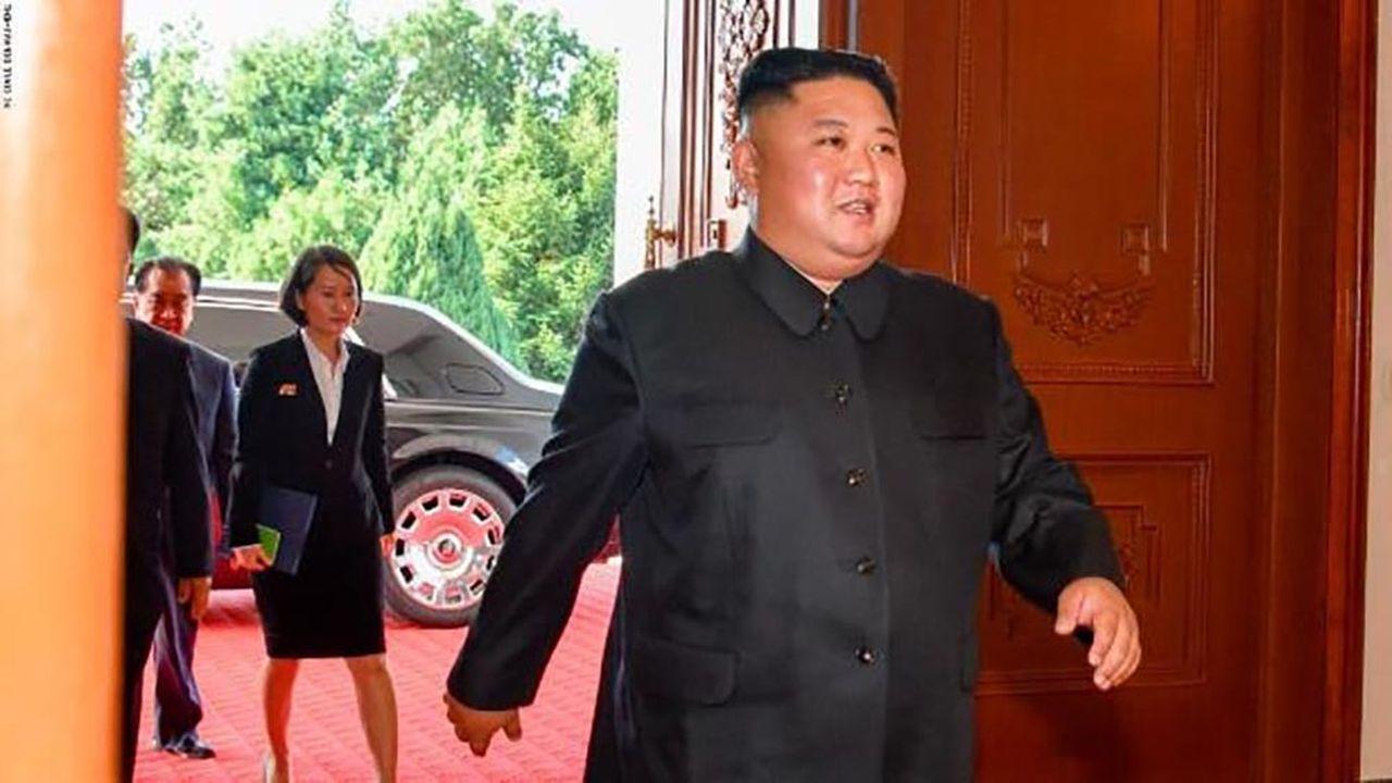 Kim Jong-un sortant de sa luxueuse Rolls-Royce