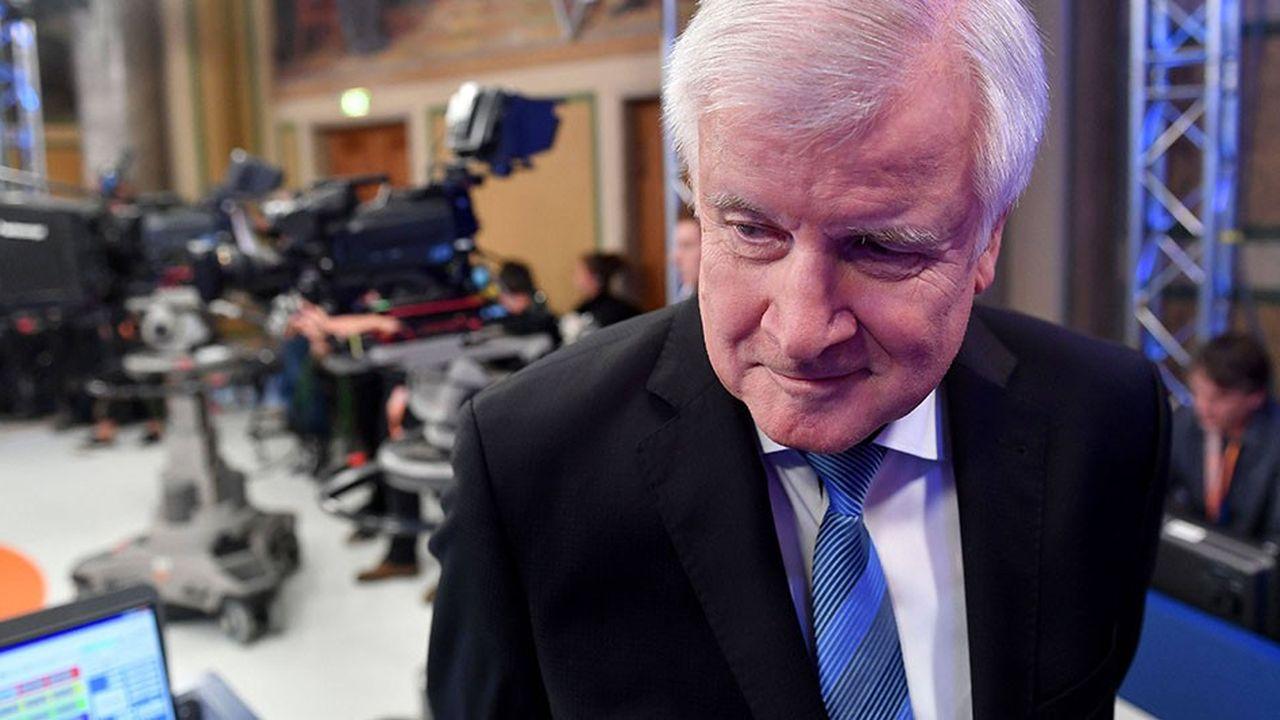 Le ministre de l'Intérieur allemand et président de la CSU a gagné du temps: son sort ne sera pas tranché avant un mois minimum.