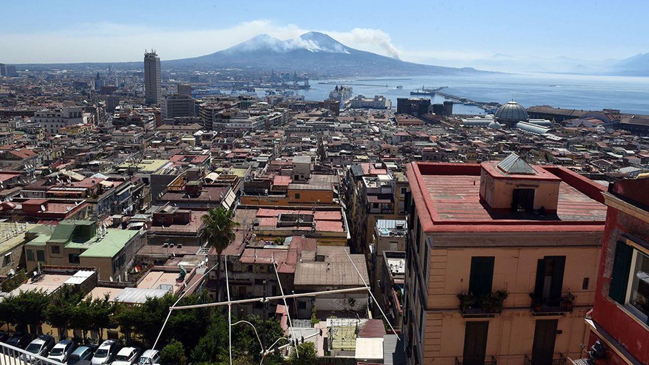 A l'été 2017, d'inquiétantes colonnes de fumées s'échappaient du haut des flancs du Vésuve, qui domine Naples.