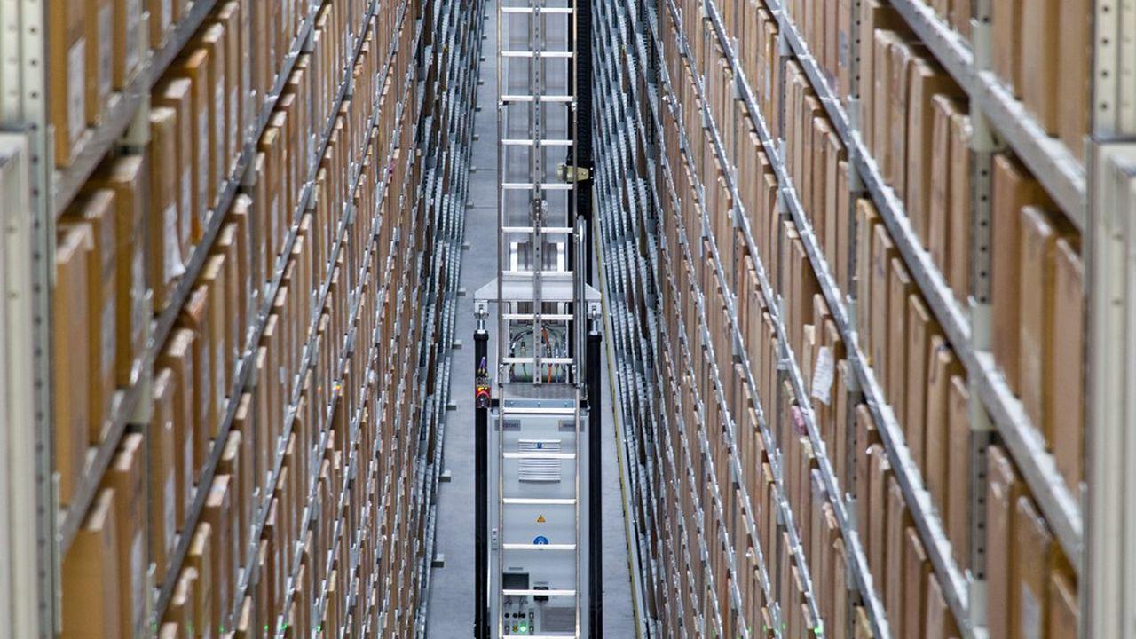 Alors que les hangars gagnent sans arrêt en volume et en hauteur, les logisticiens recourent de plus en plus massivement aux robots (ici site industriel de La Redoute).