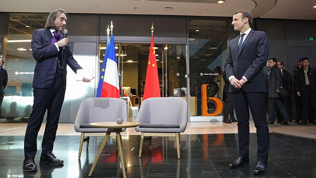 Emmanuel Macron avec le député et mathématicien Cédric Villiani en janvier2018 à Pékin. L'intelligence artificielle (IA) doit devenir un nouveau champ de coopération dans la relation franco-chinoise.