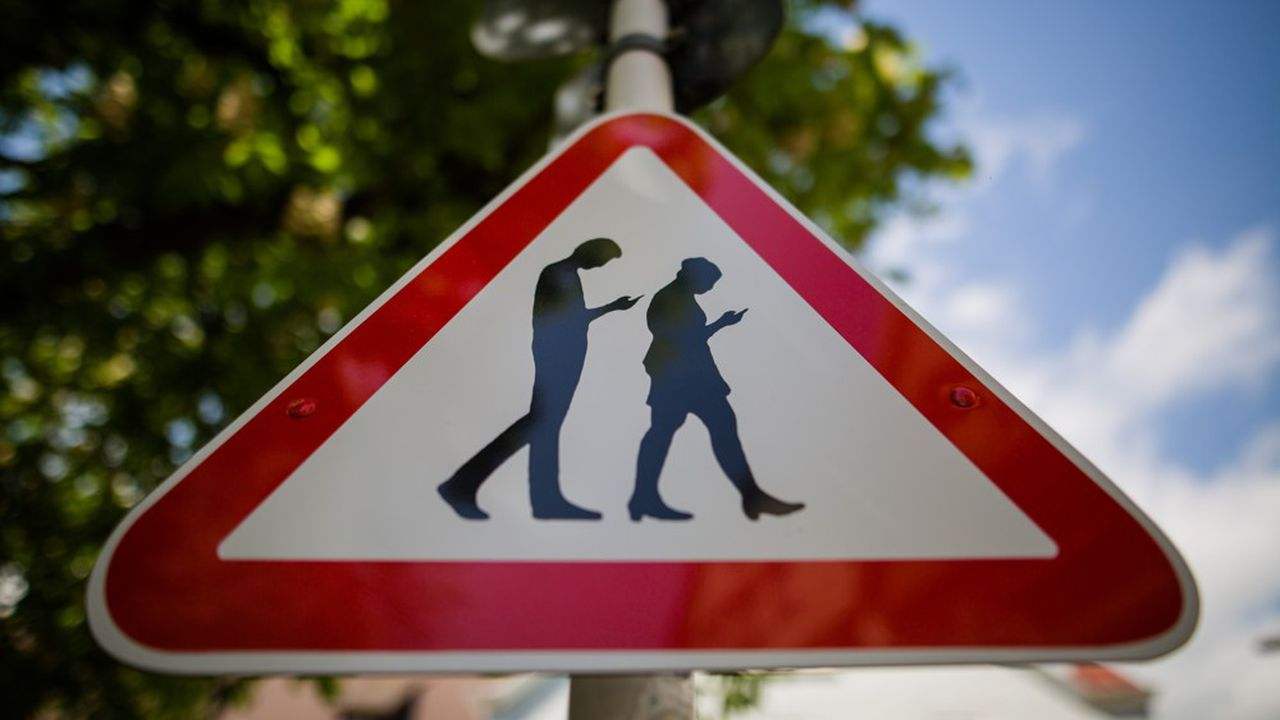 2215575_ca-se-passe-en-europe-en-sardaigne-des-contraventions-pour-les-pietons-absorbes-par-leur-smartphone-web-tete-06012291508.jpg
