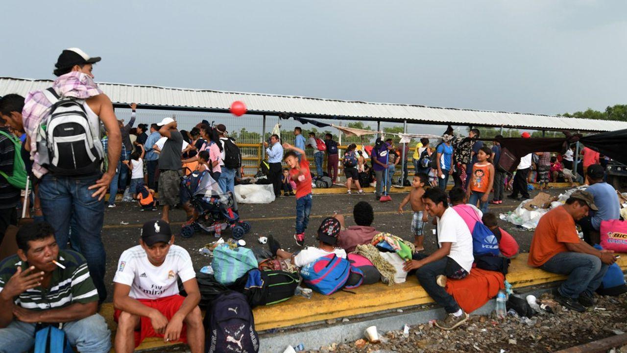 Environ 3.000 personnes, dont des femmes enceintes et des enfants, ont entamé la marche depuis le Honduras. Elles ont déjà traversé le Guatemala et se dirigent vers le nord du Mexique