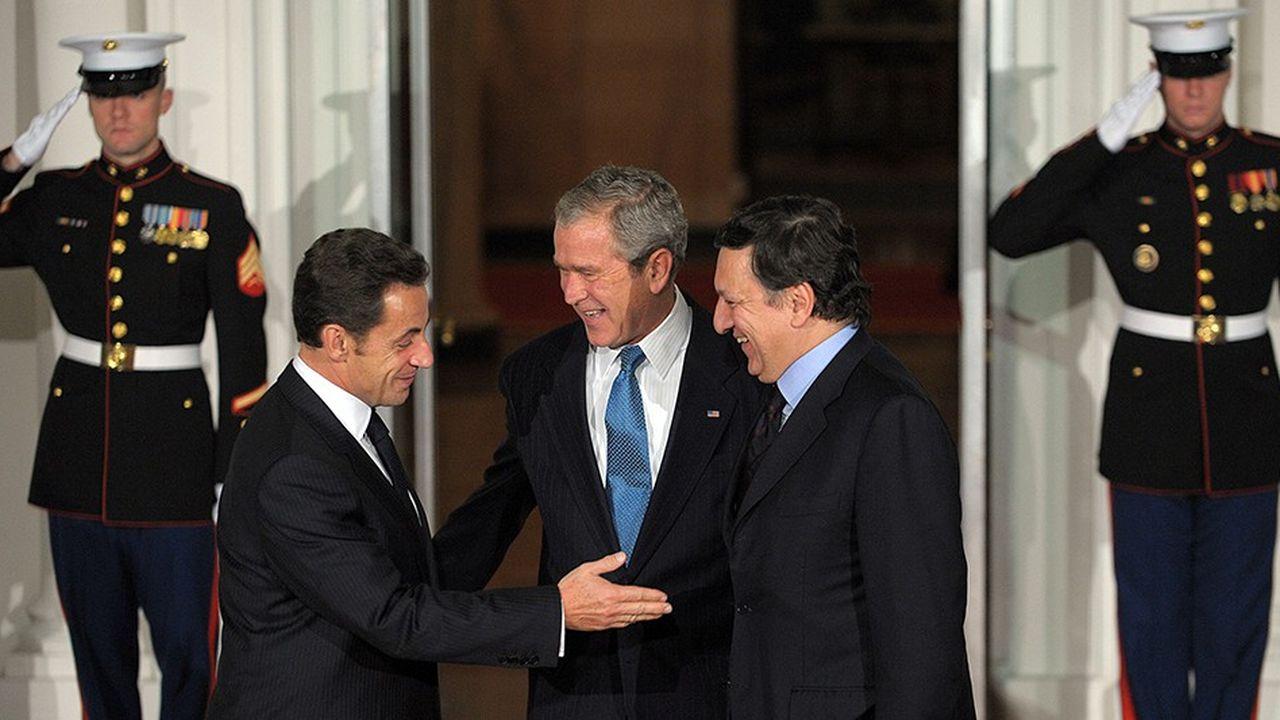 Nicolas Sarkozy, George W. Bush et José Manuel Barroso, lors d'une réunion du G20 consacrée à la crise financière, en novembre 2008 à Washington.