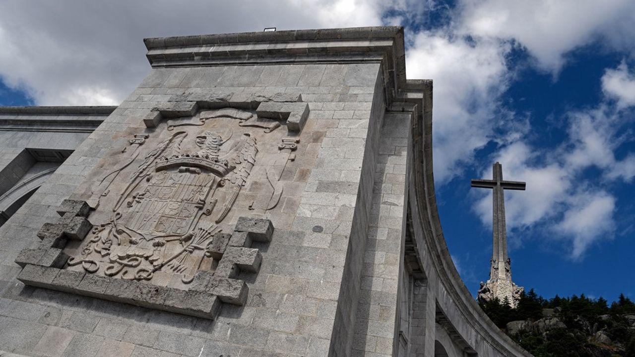 Le gouvernement espagnol veut déloger Franco de son mausolée mais essaie d'éviter que la dépouille du dictateur soit déplacée vers la cathédrale de la capitale.