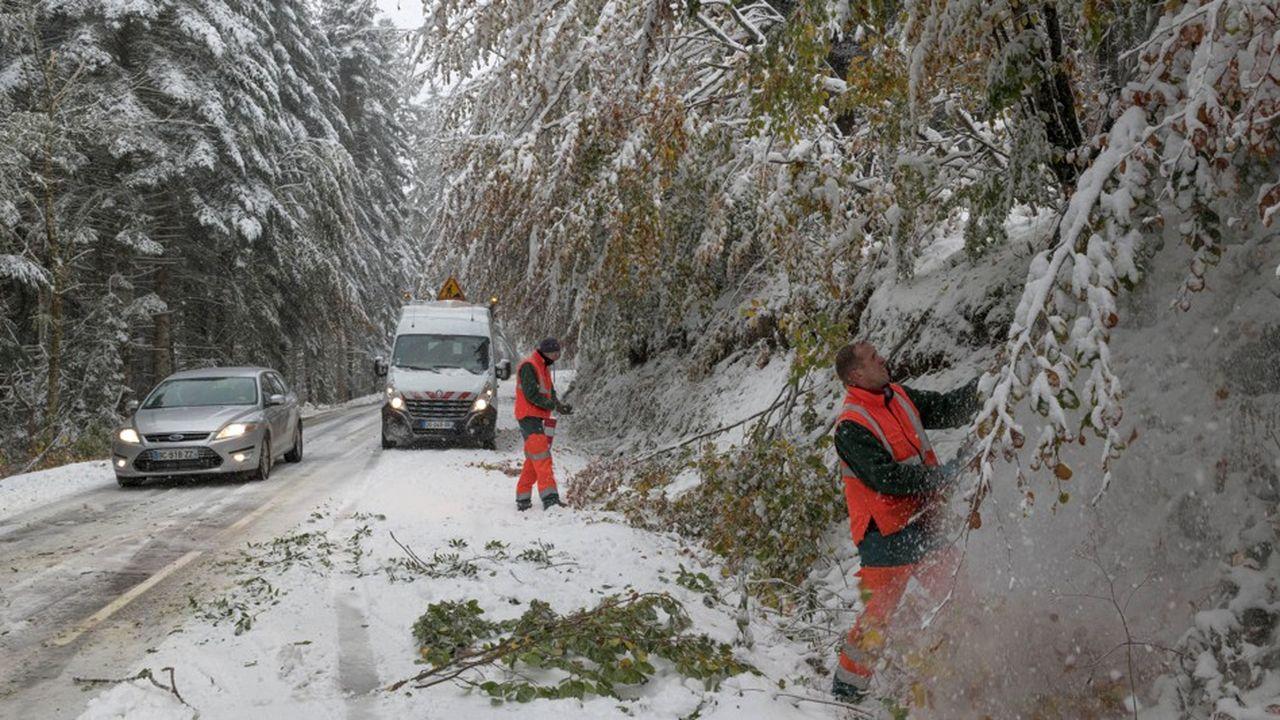 Travaux de viabilisation lundi sur les routes enneigées de lacommune de Ceyssat, en Auvergne.