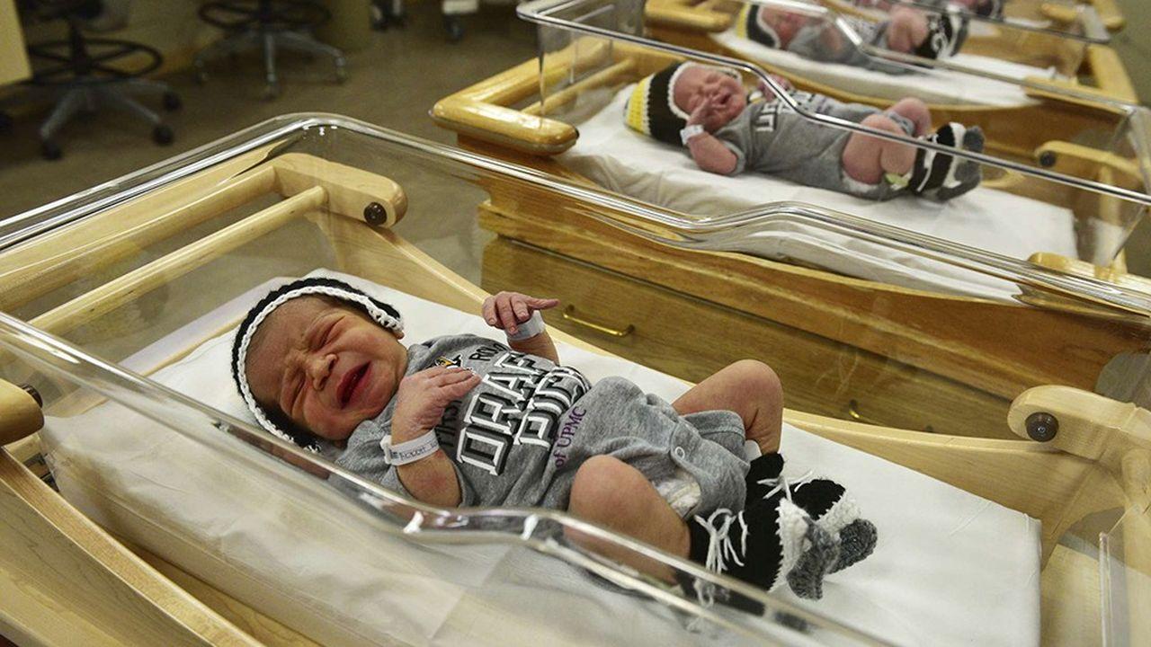 Naître sur le territoire américain donne automatiquement la nationalité américaine. A la maternité de l'hôpital de Pittsburgh Magee-Womens, les nouveau-nés ont en plus droitcette année à leur body et leur serviette à capuchon aux couleurs de l'équipe de hockey, les Penguins de Pittsburgh.