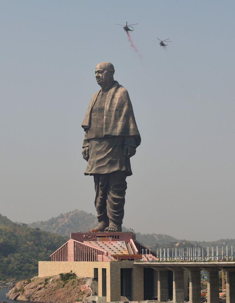 Des hélicoptères de l'armée indienne ont déversé des pétales de rose sur la statue pendant la cérémonie d'inauguration.